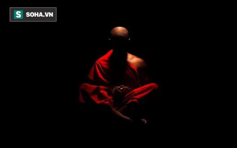 4 người đang ngồi thiền thì đèn trong phòng vụt tắt, chuyện xảy ra trong màn đêm tối đen khiến bao người câm nín - Ảnh 2.