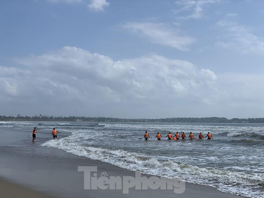 Tìm thấy thi thể bảo vệ nhà hàng quên mình cứu học sinh đuối nước ở Quảng Ngãi - Ảnh 1.
