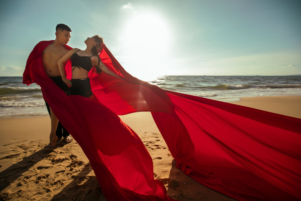 Khánh Thi khiêu vũ bên bờ biển với chồng kém 11 tuổi - Ảnh 3.