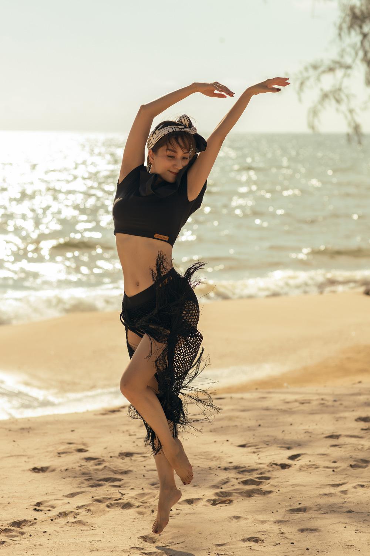 Khánh Thi khiêu vũ bên bờ biển với chồng kém 11 tuổi - Ảnh 1.