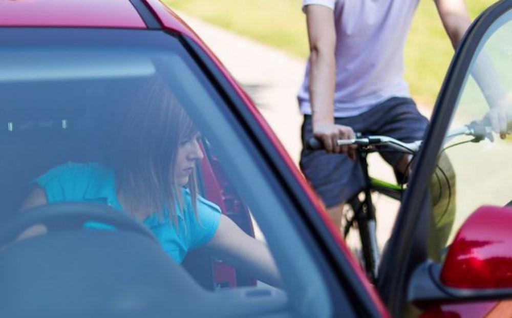 Những nguyên tắc an toàn khi mở cửa xe không phải ai cũng biết - Ảnh 2.