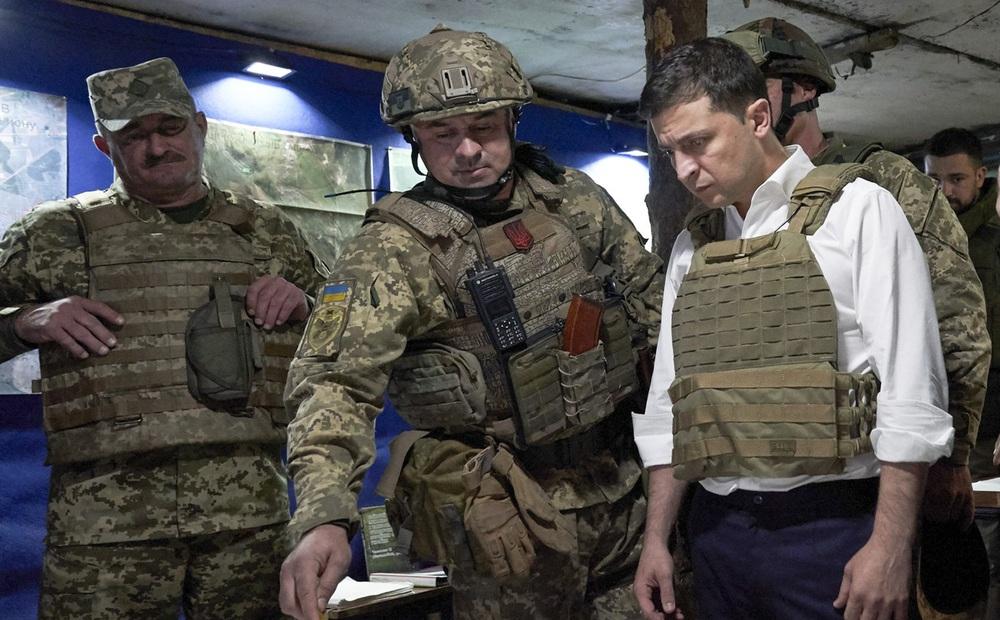 TT Ukraine ra lệnh kiểm tra tình trạng chiến đấu ở Donbass: Chuẩn bị cho 1 chiến dịch quân sự quy mô lớn?