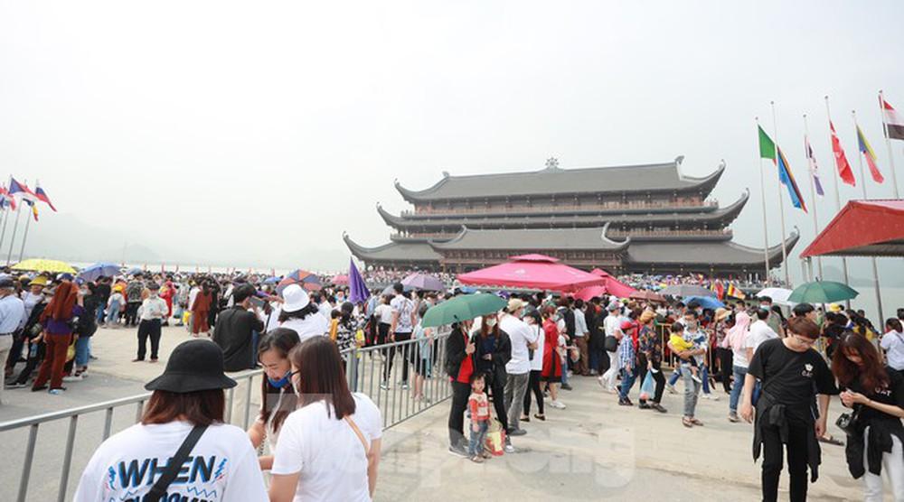 Biển người chen chân đi lễ chùa Tam Chúc ngày cuối tuần - Ảnh 2.