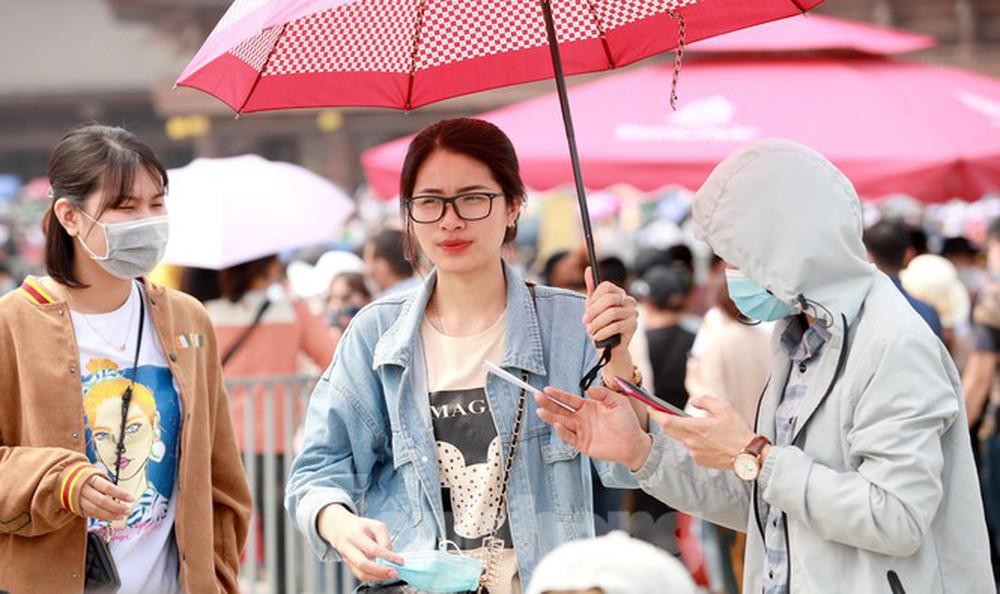 Biển người chen chân đi lễ chùa Tam Chúc ngày cuối tuần - Ảnh 7.