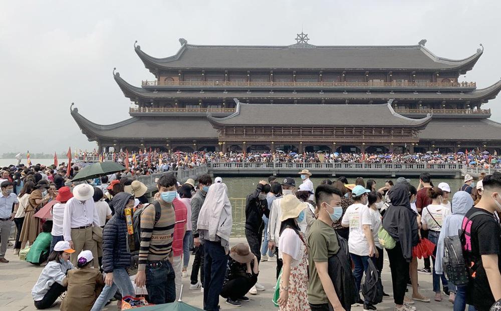 'Biển người' chen chân đi lễ chùa Tam Chúc ngày cuối tuần