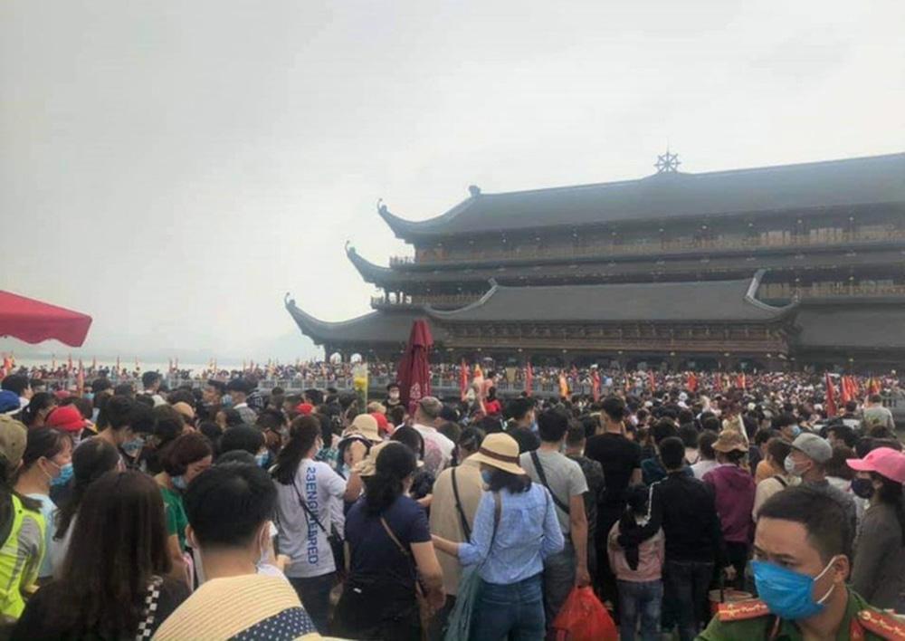 Phó trụ trì chùa Tam Chúc lên tiếng về việc 5 vạn người dân chen chúc tới chùa - Ảnh 1.