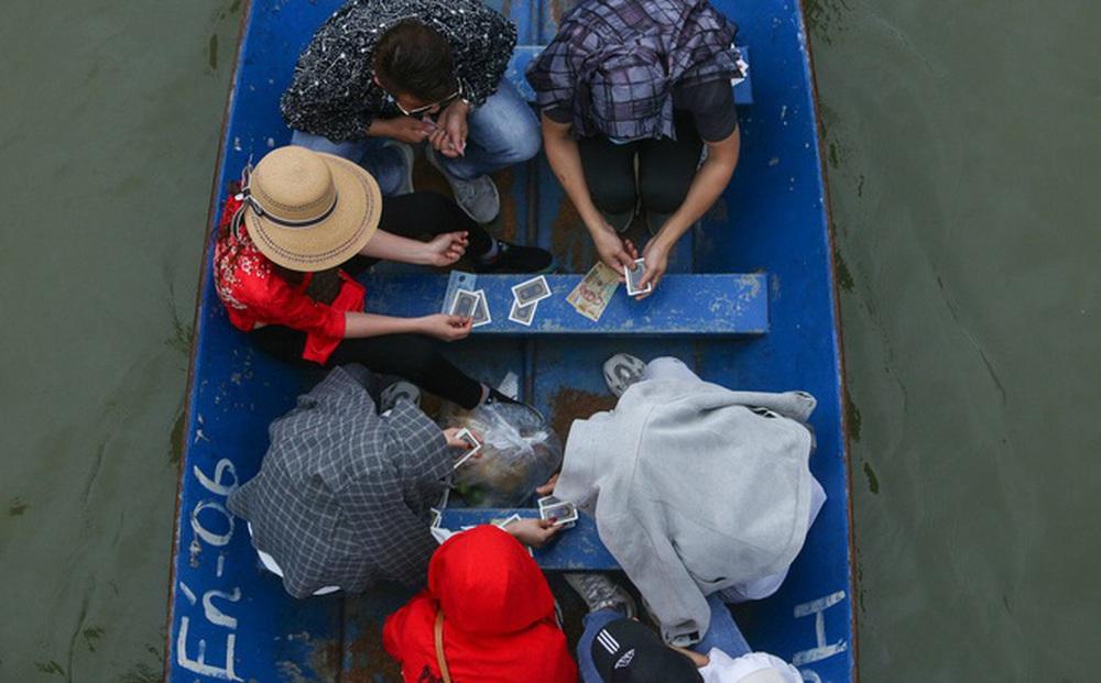"""Một số du khách """"chơi bài"""" trên suối Yến ở chùa Hương, công an đã xử phạt 1 trường hợp"""