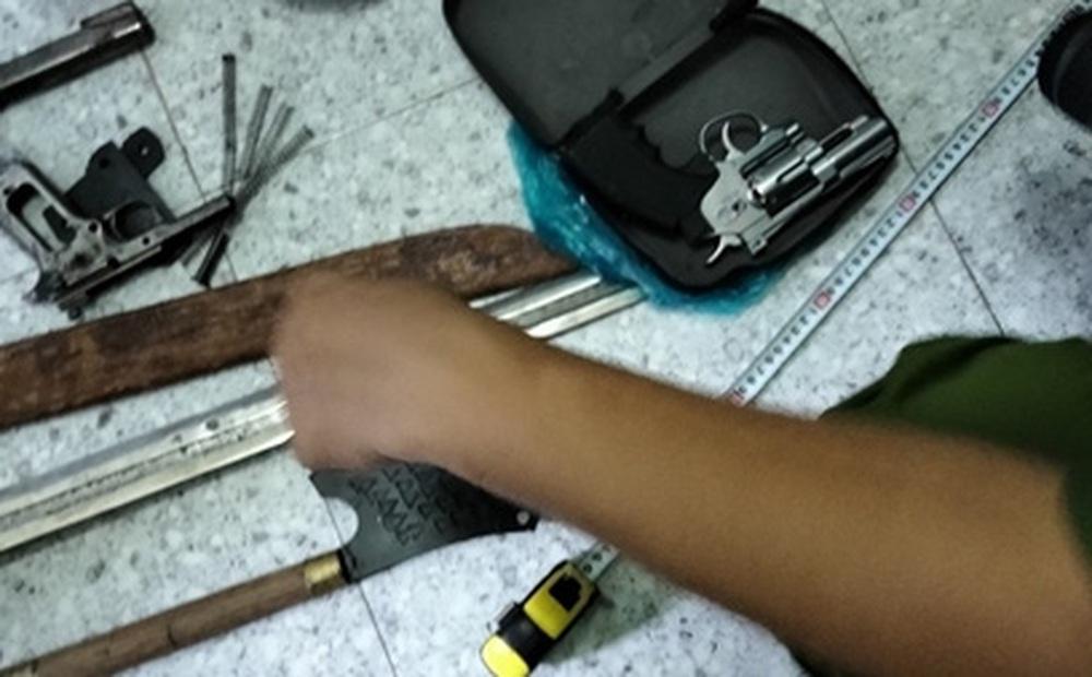 Thu 4 khẩu súng, 60 viên đạn khi bắt băng nhóm tội phạm ở Tiền Giang