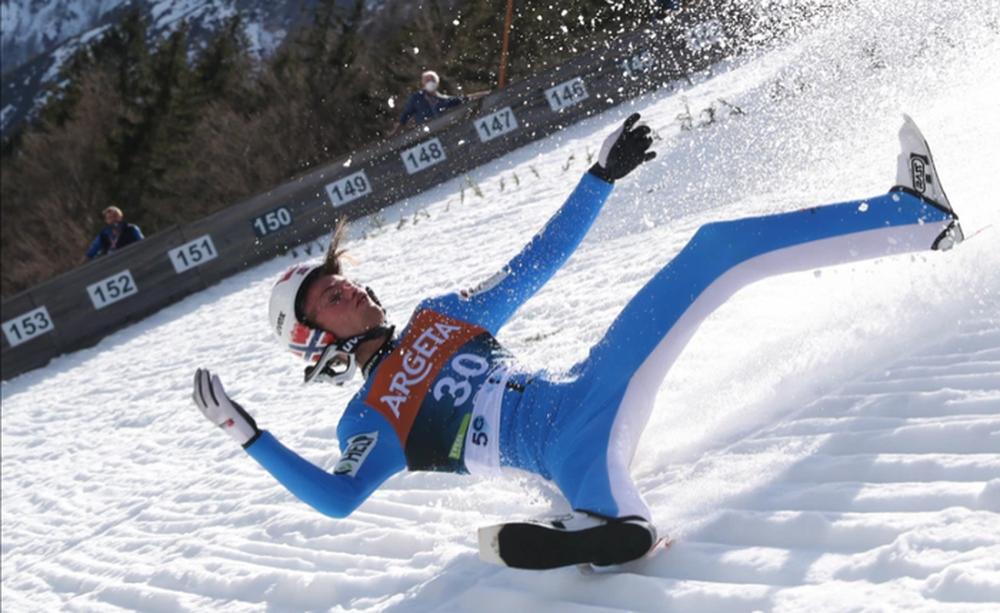 Cú ngã ở vận tốc hơn 100 km/h khiến VĐV trượt tuyết rê vài trăm mét, bất tỉnh và phải dùng máy thở oxy khi nhập viện - Ảnh 1.