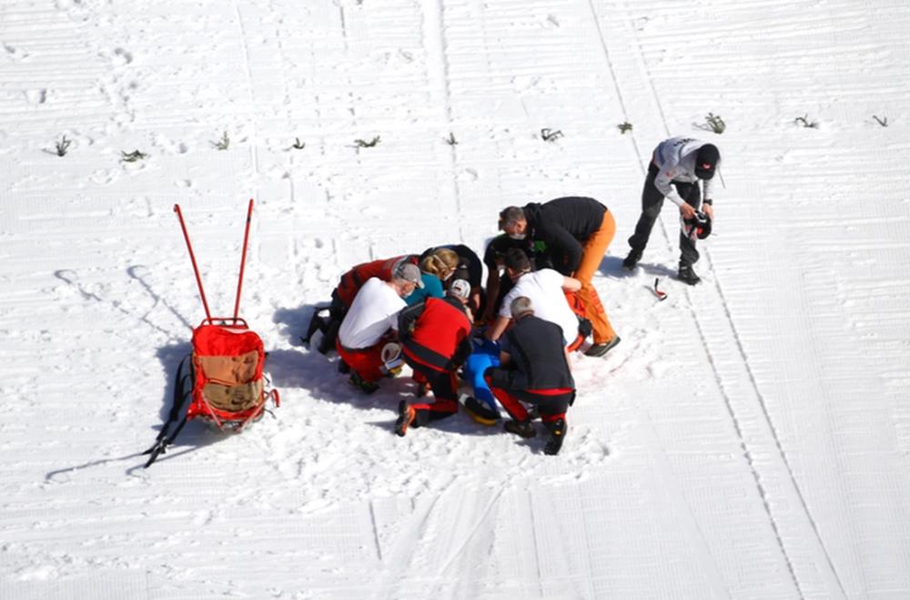 Cú ngã ở vận tốc hơn 100 km/h khiến VĐV trượt tuyết rê vài trăm mét, bất tỉnh và phải dùng máy thở oxy khi nhập viện - Ảnh 9.