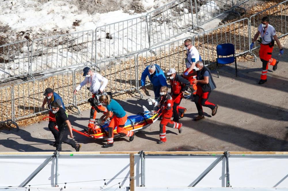 Cú ngã ở vận tốc hơn 100 km/h khiến VĐV trượt tuyết rê vài trăm mét, bất tỉnh và phải dùng máy thở oxy khi nhập viện - Ảnh 10.