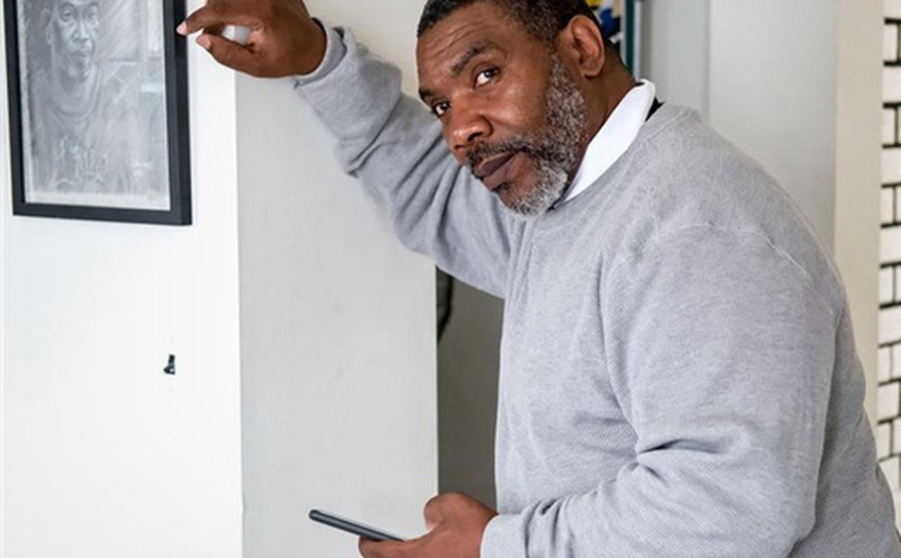 Ra tù sau 37 năm, người đàn ông ngơ ngác đối mặt với smartphone và con quái vật mang tên 'công nghệ'