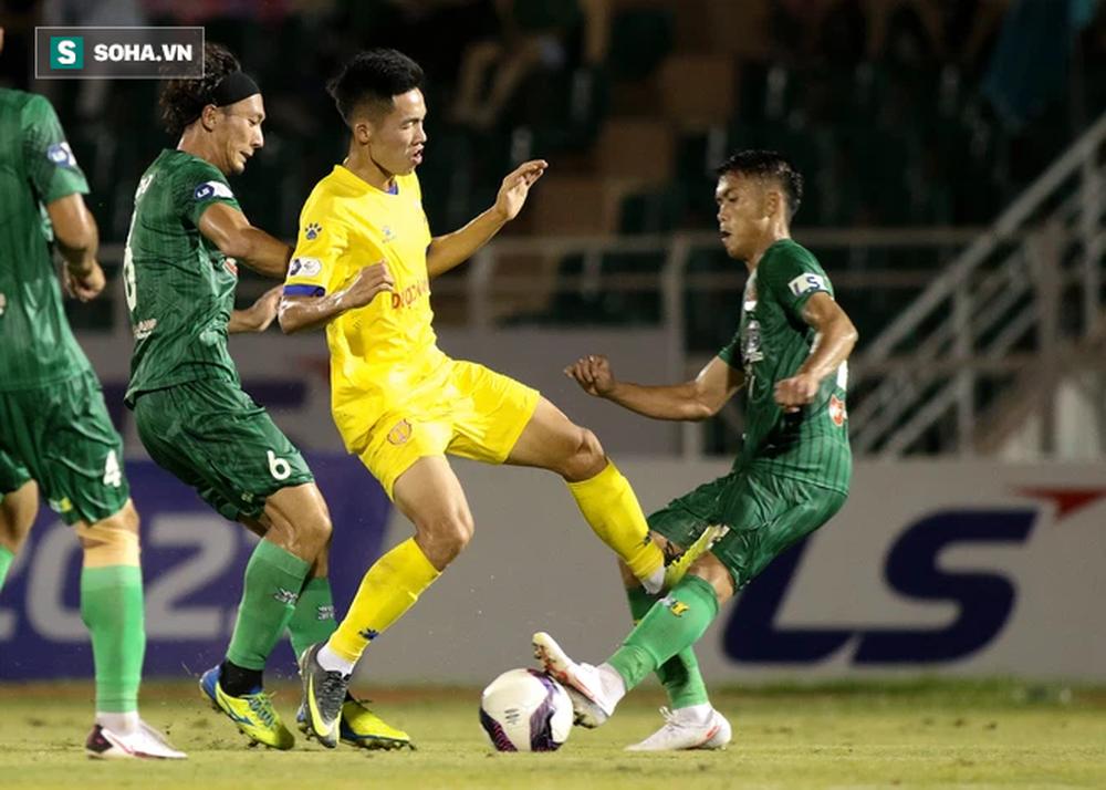 Suýt gây thêm thảm kịch cho bóng đá Việt Nam, hai cầu thủ V.League bị phạt nặng - Ảnh 1.