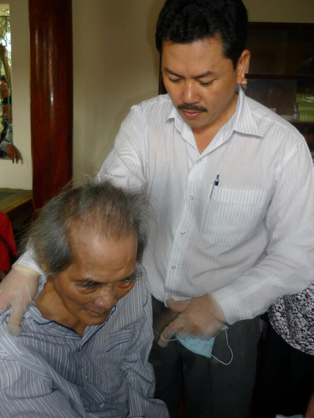 Con trai nhà văn Sơn Tùng: Ông Võ Hoàng Yên chỉ chữa vận động cho cha tôi chứ không phải chữa bệnh - Ảnh 1.