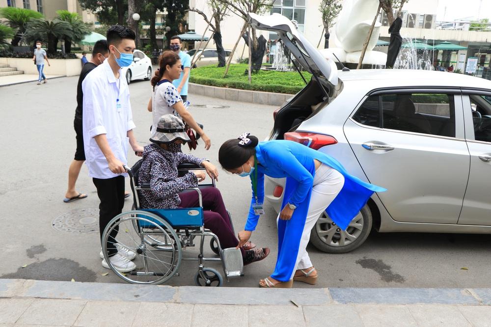 Sau những lùm xùm ở Bệnh viện Bạch Mai, bệnh nhân lại mừng ra mặt...! - Ảnh 2.