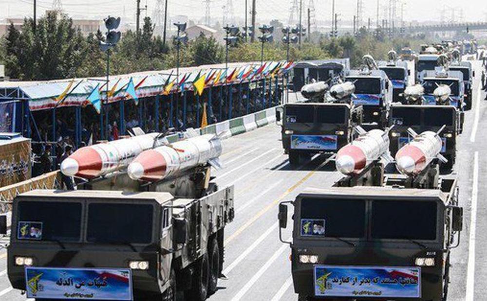 Iran diễu binh khoe loạt khí tài nội địa