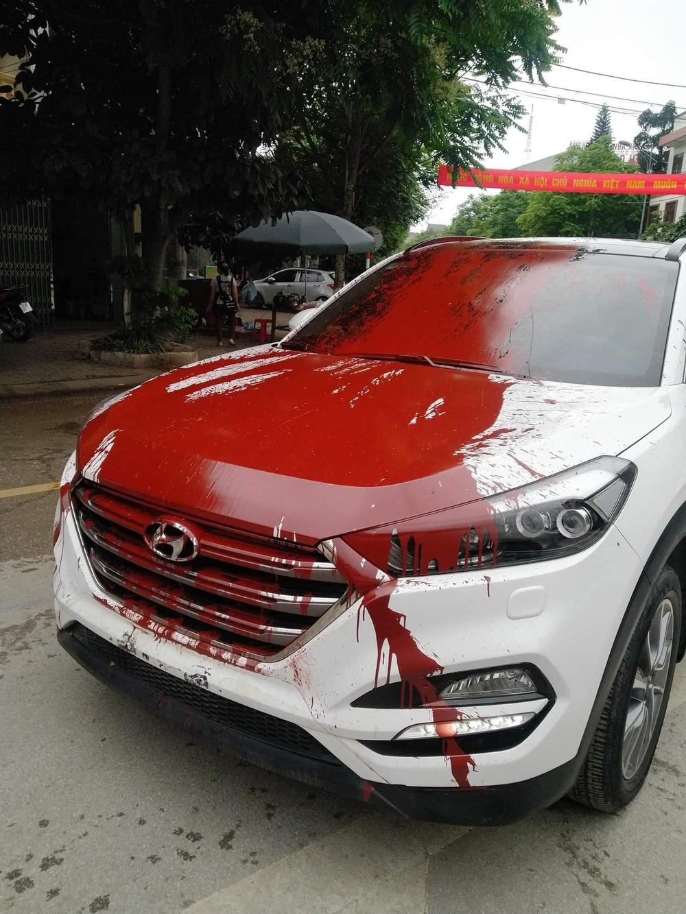 Hình ảnh ô tô trắng bị vấy sơn đỏ khắp thân xe khiến các diễn mạng sôi sục trong ngày cuối tuần - Ảnh 2.