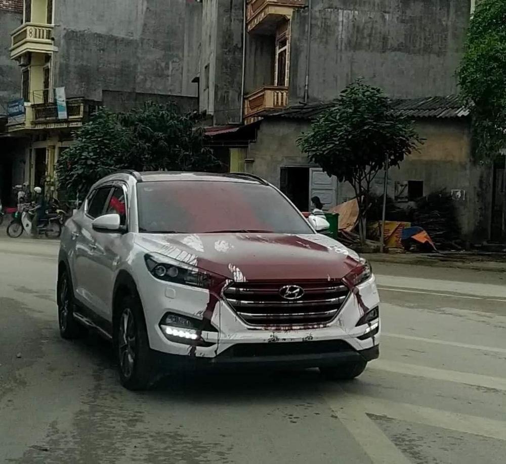 Hình ảnh ô tô trắng bị vấy sơn đỏ khắp thân xe khiến các diễn mạng sôi sục trong ngày cuối tuần - Ảnh 1.