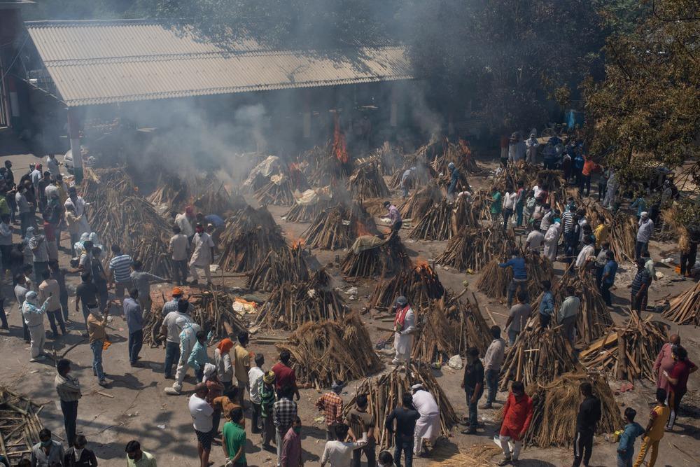 Nhân viên hỏa táng Ấn Độ kiệt sức vì lửa thiêu, thốt lên Virus đang nuốt chửng chúng tôi như 1 con quái vật - Ảnh 1.