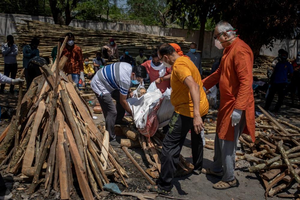 Nhân viên hỏa táng Ấn Độ kiệt sức vì lửa thiêu, thốt lên Virus đang nuốt chửng chúng tôi như 1 con quái vật - Ảnh 4.