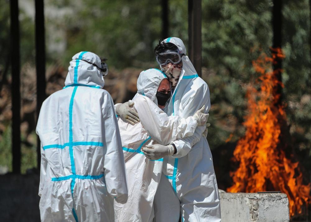 Nhân viên hỏa táng Ấn Độ kiệt sức vì lửa thiêu, thốt lên Virus đang nuốt chửng chúng tôi như 1 con quái vật - Ảnh 3.