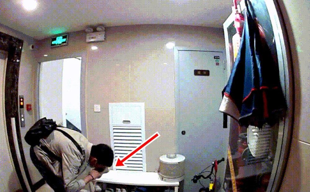 Kiểm tra camera giám sát phía bên ngoài căn hộ, chủ nhà lập tức báo cảnh sát khi thấy cảnh tượng gây hoang mang tột độ