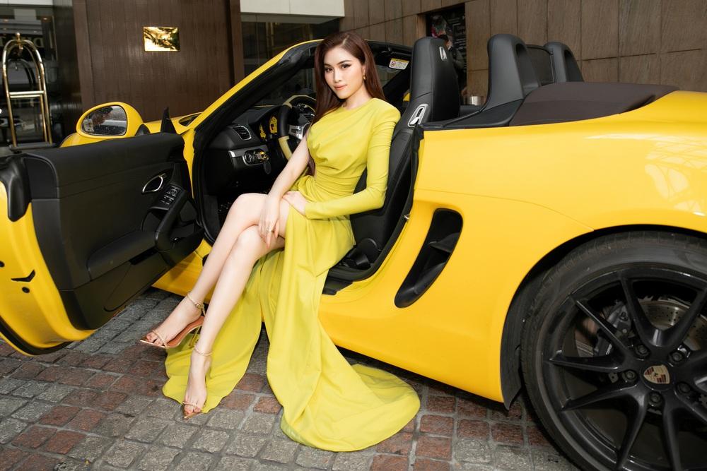 Thanh Thanh Huyền khoe chân dài bên siêu xe - Ảnh 4.