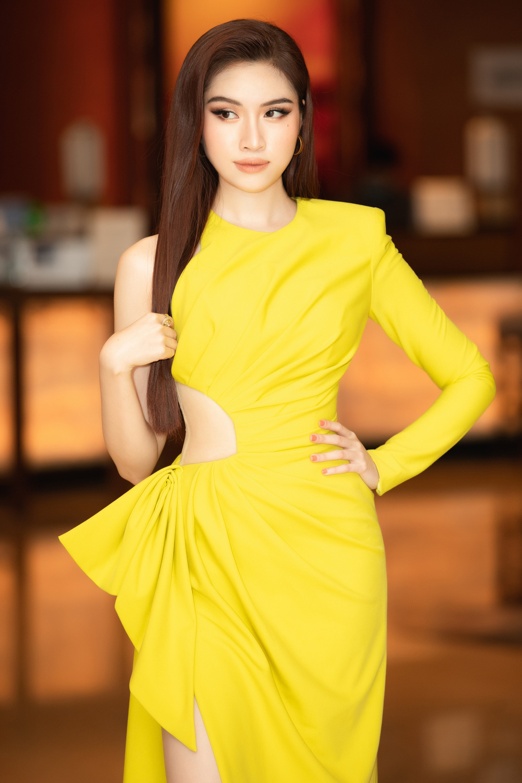 Thanh Thanh Huyền khoe chân dài bên siêu xe - Ảnh 7.