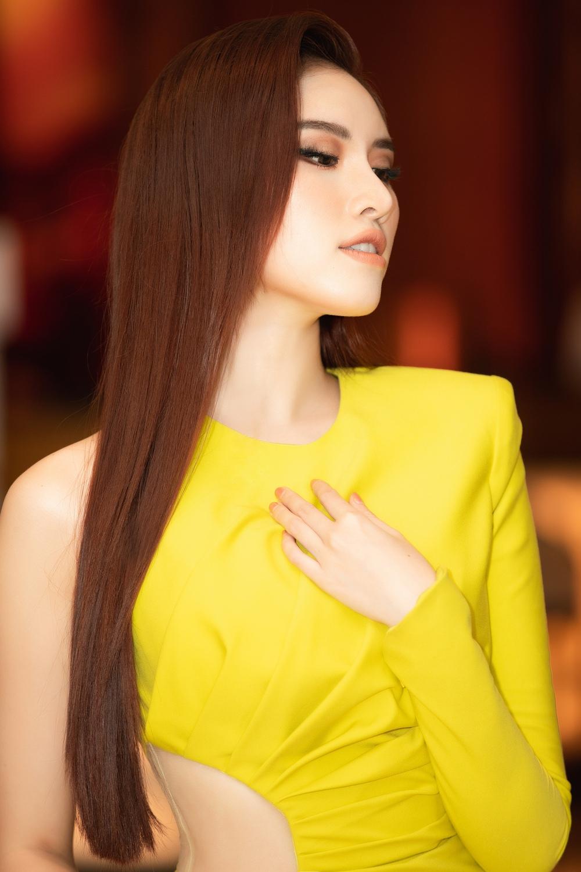 Thanh Thanh Huyền khoe chân dài bên siêu xe - Ảnh 9.
