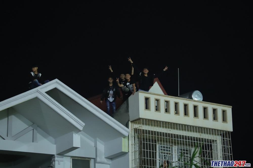 CĐV Hải Phòng trèo lên mái nhà xem HAGL thi đấu - Ảnh 1.