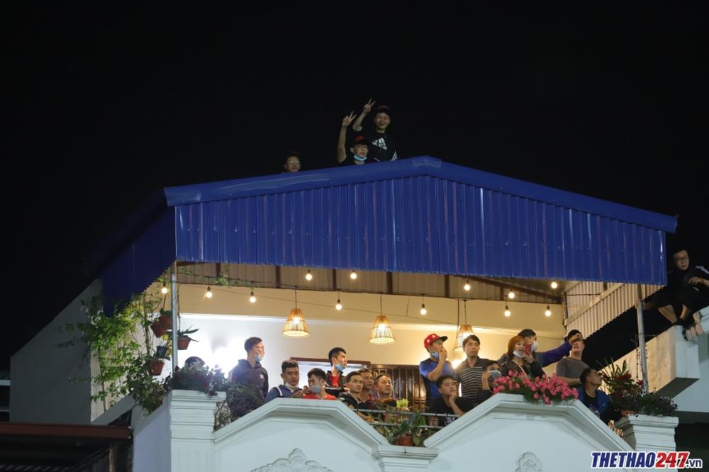 CĐV Hải Phòng trèo lên mái nhà xem HAGL thi đấu - Ảnh 2.