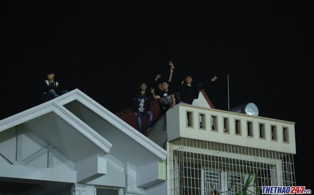 CĐV Hải Phòng trèo lên mái nhà xem HAGL thi đấu