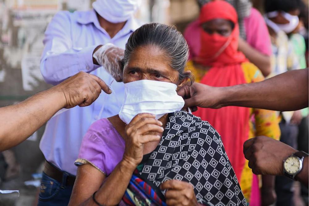 Ấn Độ: Bệnh nhân Covid-19 phải tự lo liệu, nhân viên tình nguyện nhận 15.000 cuộc gọi cầu cứu/ngày, đỉnh dịch vẫn chưa tới - Ảnh 2.