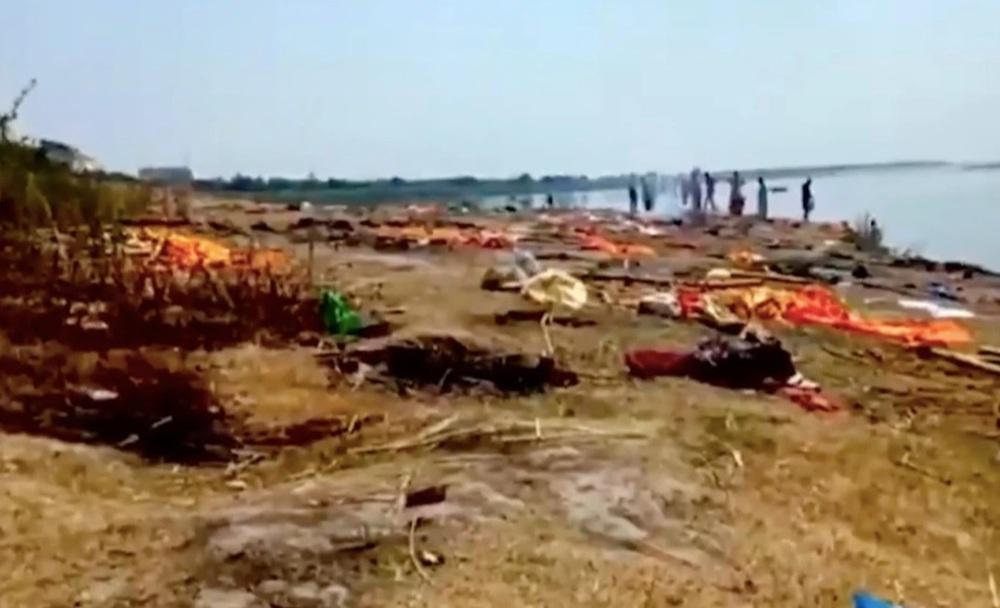 Kinh hoàng cảnh thi thể nạn nhân Covid-19 trôi dạt vào bờ sông Ấn Độ - Ảnh 4.