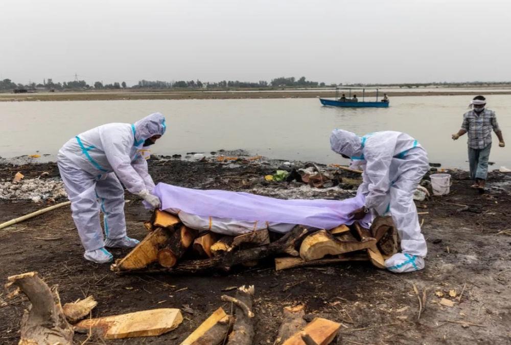Kinh hoàng cảnh thi thể nạn nhân Covid-19 trôi dạt vào bờ sông Ấn Độ - Ảnh 2.