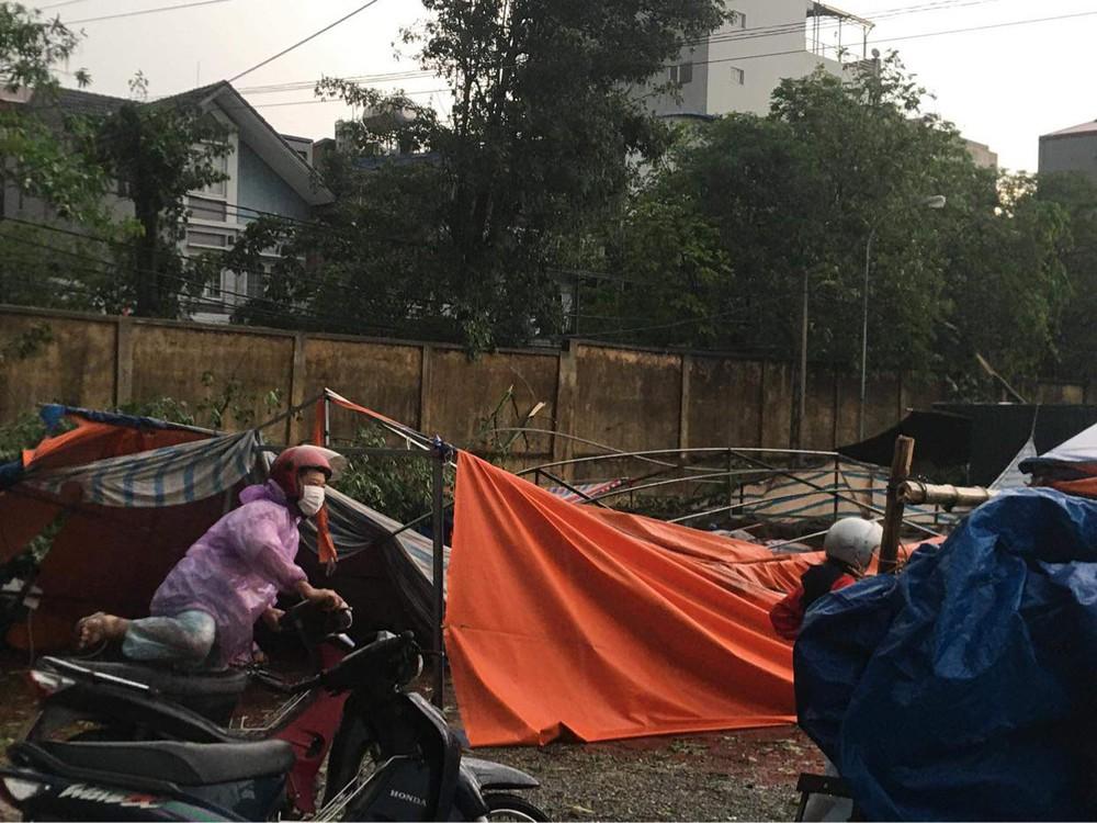 Hà Nội: Hàng loạt cây xanh bật gốc đổ rạp xuống đường sau cơn mưa lớn đầu mùa - Ảnh 8.
