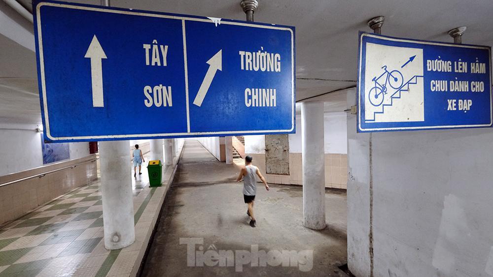 Hà Nội: Trốn lực lượng chức năng, người dân chui xuống hầm đi bộ tập thể dục - Ảnh 9.