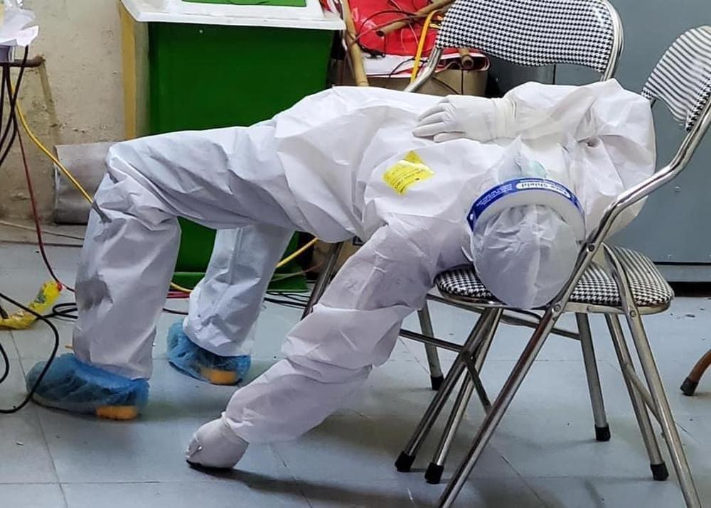 Nữ nhân viên y tế ở Bắc Ninh bị ngất khi đi lấy mẫu: Mồ hôi nhiều đến mức như mới ở dưới nước lên - Ảnh 3.