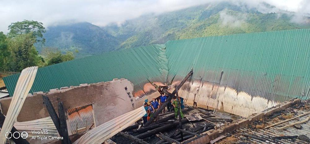 Căn nhà gỗ 2 tầng của Chủ tịch Hội nông dân xã bị lửa thiêu rụi lúc rạng sáng - Ảnh 3.