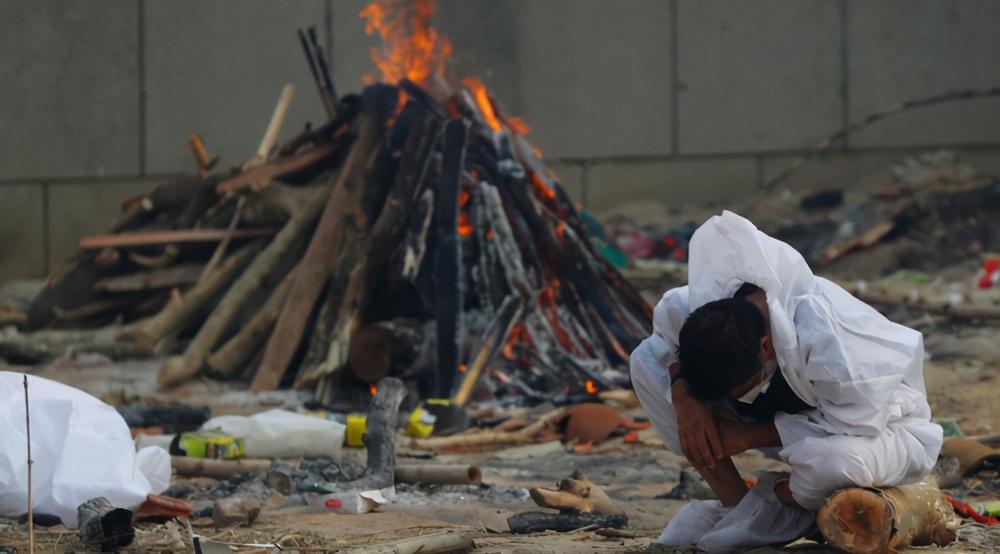 Ấn Độ: Cả tháng không thể ngủ vì mùi thi thể cháy khét, tro tàn bay dày đặc không thể thở nổi - Ảnh 3.