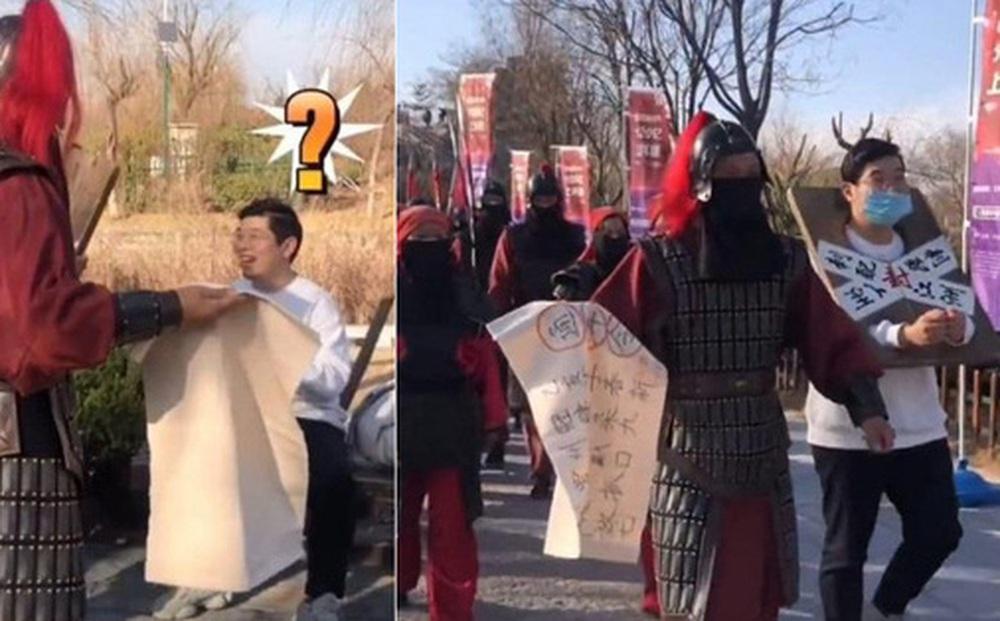 Đến phủ Khai Phong tham quan, du khách bất ngờ bị ''quân lính'' gông cổ đem đi xử tội vì lý do không ngờ