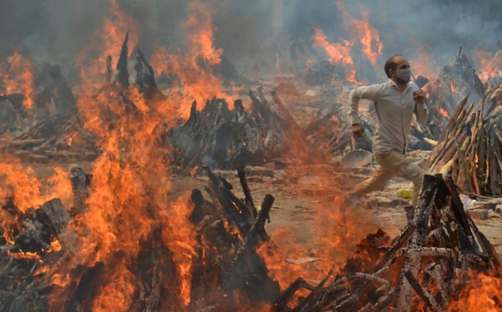 Ấn Độ: Cả tháng không thể ngủ vì mùi thi thể cháy khét, tro tàn bay dày đặc không thể thở nổi