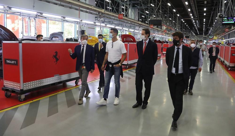 Ronaldo được nghỉ tập, đeo khẩu trang đi mua xe: Xe có gì đặc biệt? - Ảnh 3.