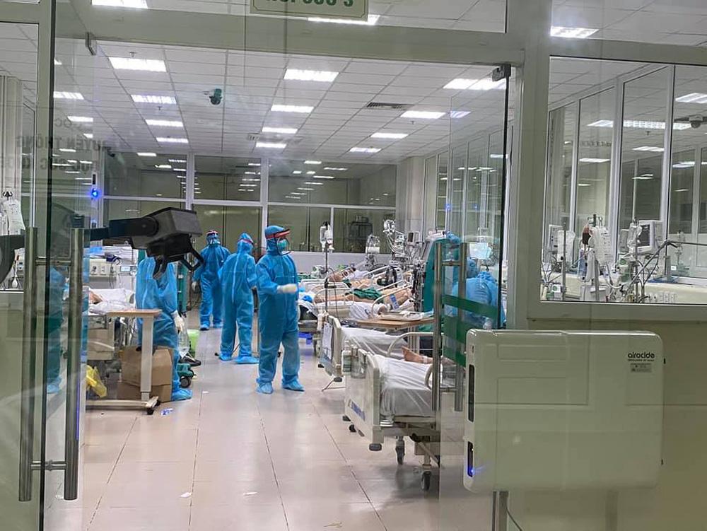 Sáng 17/5: 16 bệnh nhân Covid-19 nguy kịch, 1 bác sĩ trẻ phải thở oxy - Ảnh 1.