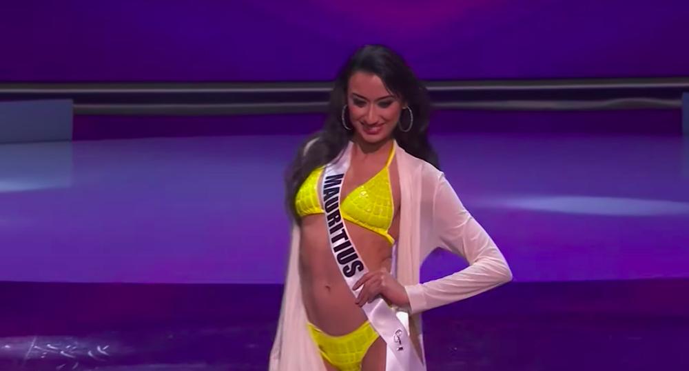 Khánh Vân diện bikini bốc lửa, xoay áo choàng xuất thần trên sân khấu bán kết Hoa hậu Hoàn vũ Thế giới 2020 - Ảnh 6.