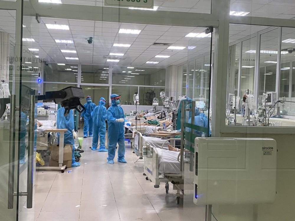 Clip: Nửa đêm cấp cứu bệnh nhân Covid-19 nặng tại BV Bệnh Nhiệt đới T.Ư cơ sở 2 - Ảnh 2.