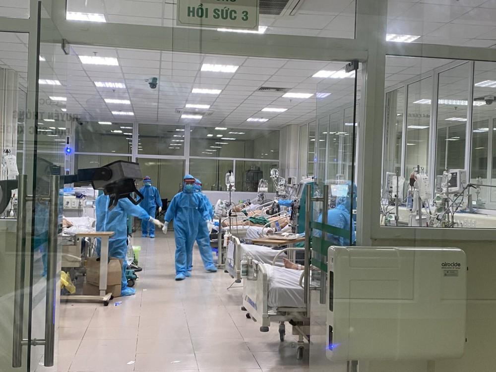 Clip: Nửa đêm cấp cứu bệnh nhân Covid-19 nặng tại BV Bệnh Nhiệt đới T.Ư cơ sở 2 - Ảnh 3.