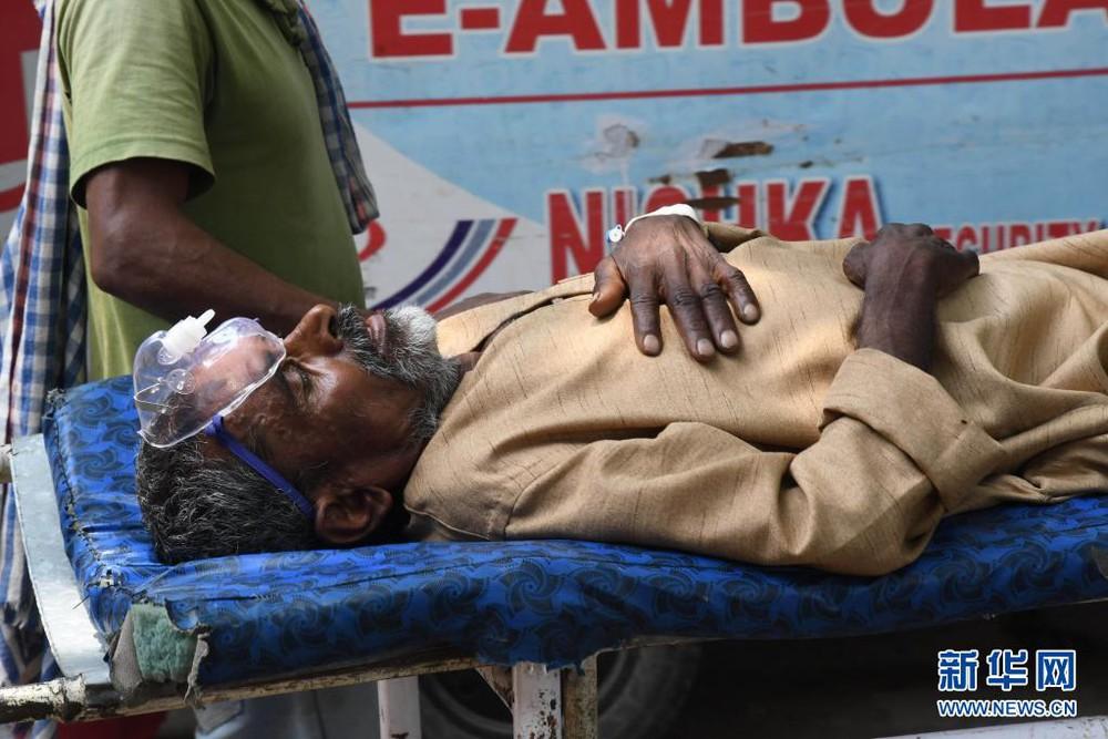 Theo chân ca trực dài 27 giờ của bác sĩ Ấn Độ mới vào nghề: Buộc phải lựa chọn cứu ai, bỏ ai - Ảnh 4.