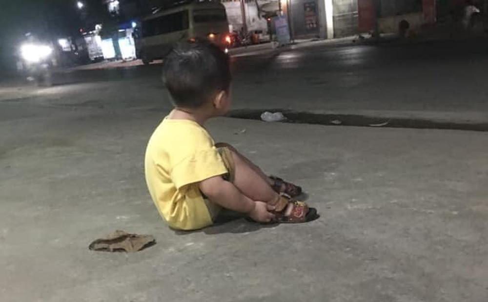 Em bé ngồi một mình bên vệ đường đợi bố và câu chuyện của mẹ đơn thân đầy thương cảm