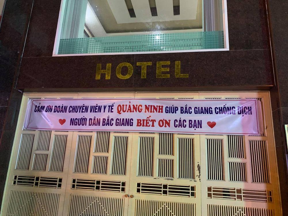 Tới Bắc Giang chống dịch, các y bác sĩ Quảng Ninh xúc động trước tấm băng rôn treo trước cửa khách sạn - Ảnh 1.